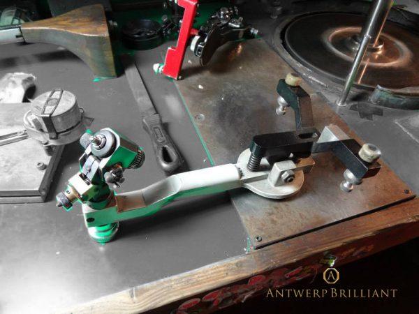 ダイヤモンド研磨の道具トングにセットしたダイヤモンドをスカイフに押しあてて研磨する