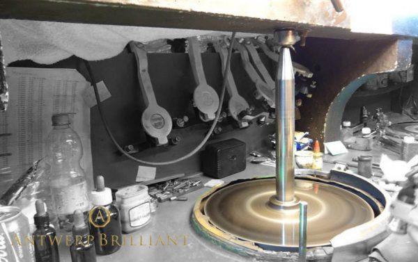 スカイフはアントワープで発明されたダイヤモンド研磨用の器具ブリッジ銀座にも実物ある