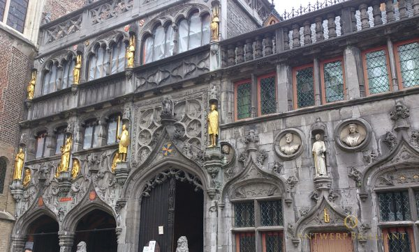 ブルージュのギルドハウス跡にはマリーや家族の銅像など至ることろにあるダイヤモンド研磨の聖地
